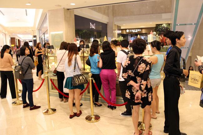singaporeans-queuing